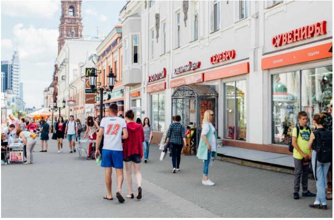Baumaninkatu is teeming with locals and tourists alike